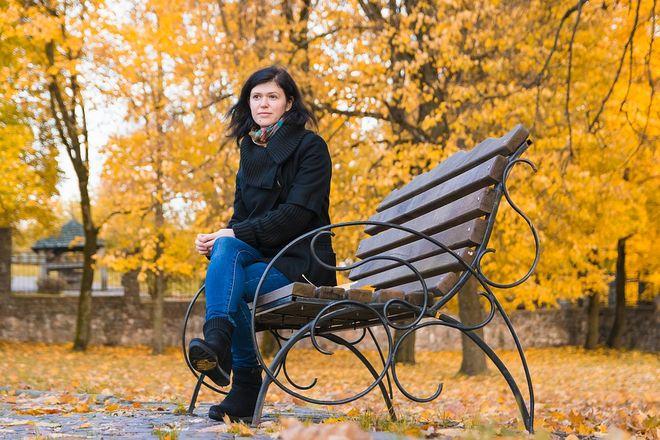 Девушка на скамейке