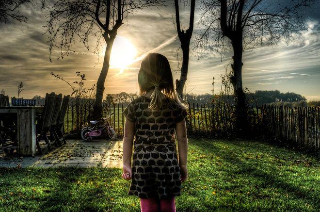 Девочка во дворе дома