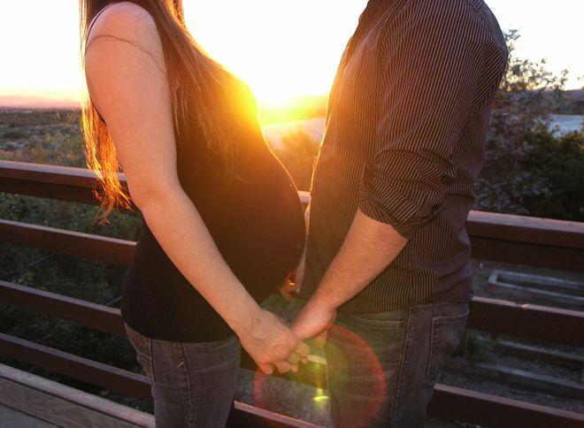 Муж с беременной женой
