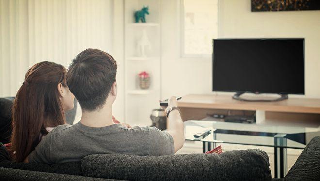 Девушка с парнем у телевизора