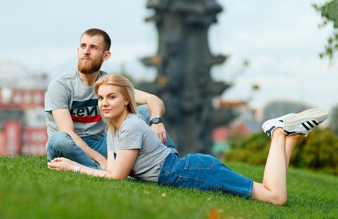 Молодая девушка с парнем