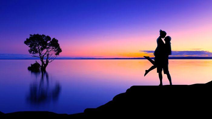 Влюбленные на берегу озера