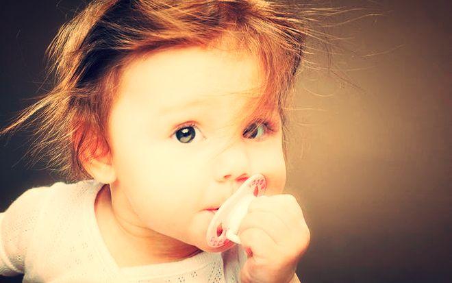 Трехлетний ребенок с пустышкой