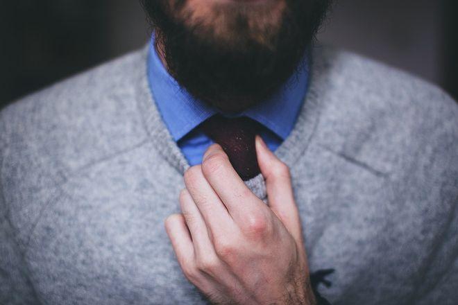 Мужчина одевается