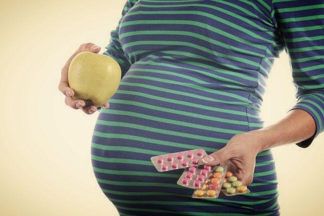 Беременная с таблетками