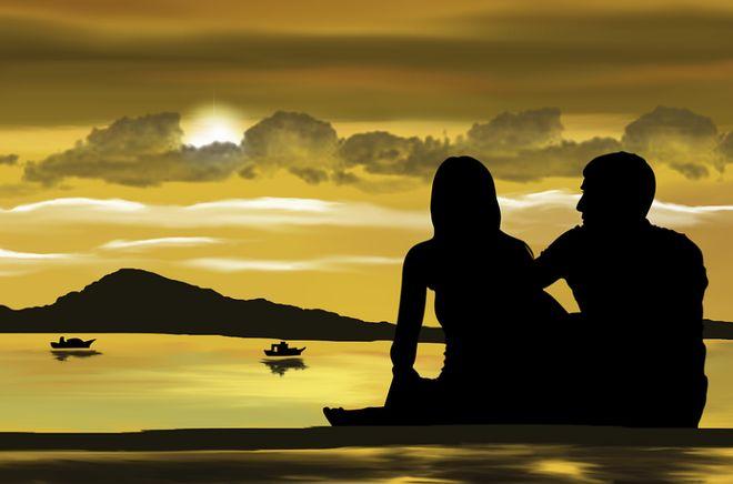 Пара на берегу у моря